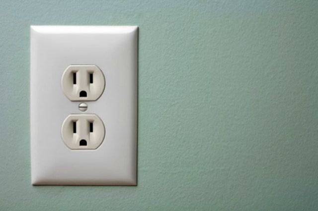 Menjaga tegangan listrik agar alat elekronik tidak cepat rusak