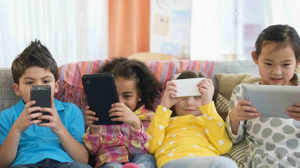 kecanduan gadget berbahaya bagi perkembangan anak dimasa mendatang