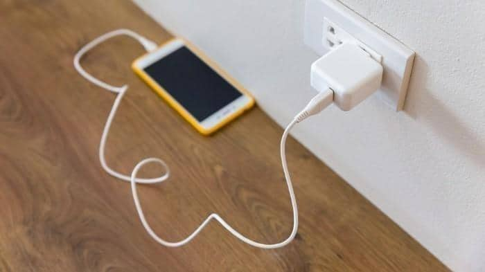 Men-charger HP Sembarangan