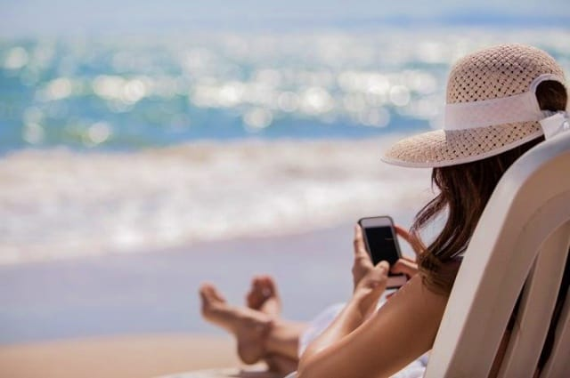 Membiarkan Ponsel Terpapar Sinar Matahari