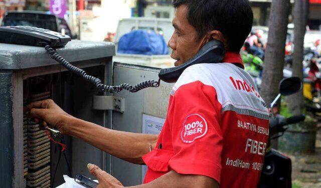 Petugas Indihome sedang melakukan pengecekan telpon untuk meningkatkan jaringan