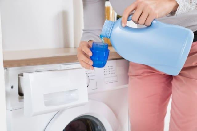 Menggunakan pemutih pakaian