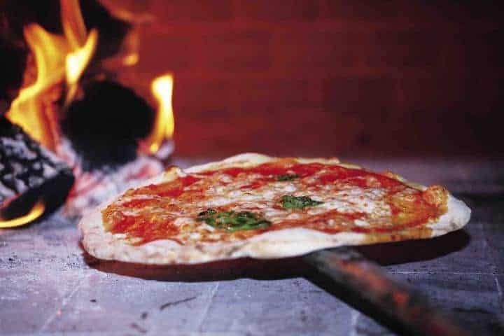 Pembakaran pizza italia secara tradisional, kuliner italia, pizza italia